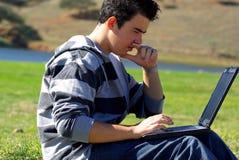 Jeune homme de l'adolescence d'ordinateur portatif Image libre de droits