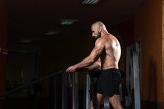Jeune homme de lutte de cordes à l'exercice de séance d'entraînement de gymnase Image libre de droits
