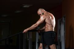 Jeune homme de lutte de cordes à l'exercice de séance d'entraînement de gymnase Images stock