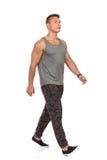Jeune homme de marche dans le survêtement de sport de Camo Photos libres de droits