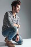 Jeune homme de mode détendant sur un genou Photos stock
