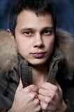 Jeune homme de mode dans la jupe photographie stock libre de droits