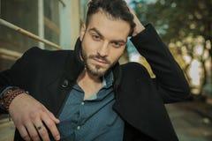 Jeune homme de mode fixant ses cheveux Photographie stock libre de droits