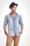 Jeune homme de mode regardant à partir de l'appareil-photo Images stock