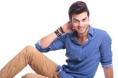 Jeune homme de mode se reposant et souriant Photographie stock