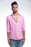 Jeune homme de mode se tenant dans l'attention photo libre de droits