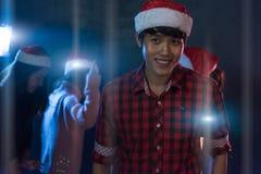 Jeune homme de portrait et amis asiatiques de groupe jeunes appréciant la danse Photographie stock libre de droits