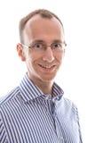Jeune homme de roi souriant à l'appareil-photo d'isolement sur le fond blanc Image libre de droits