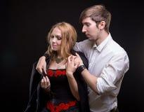 Jeune homme de soin et sa femme aimée Photographie stock