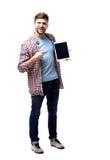 Jeune homme de sourire à l'aide de la tablette sur le fond blanc Photographie stock libre de droits