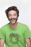 Jeune homme de sourire avec la barbe et moustache regardant l'appareil-photo, tir de studio Photos libres de droits