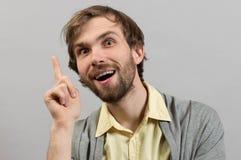Jeune homme de sourire ayant une bonne idée Photographie stock libre de droits