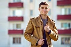 Jeune homme de sourire beau en dehors d'un appartement photographie stock
