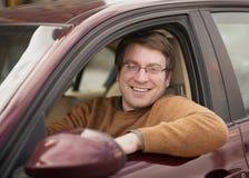 Homme dans la voiture images stock