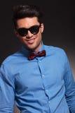 Jeune homme de sourire de mode regardant à l'appareil-photo Images stock