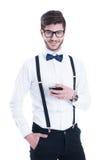 Jeune homme de sourire heureux avec le vin rouge, d'isolement sur le blanc Photographie stock libre de droits