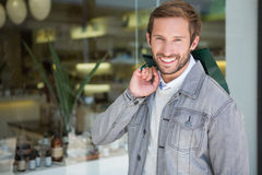 Jeune homme de sourire heureux tenant des paniers Photographie stock libre de droits