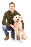 Jeune homme de sourire posant avec un chien de chien d'arrêt Photo stock