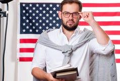 Jeune homme de sourire sur le fond de drapeau des Etats-Unis Images libres de droits
