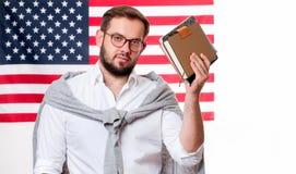 Jeune homme de sourire sur le fond de drapeau des Etats-Unis Photos stock