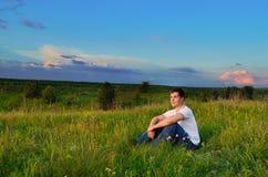 Jeune homme de sourire sur les collines photographie stock
