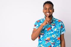 Jeune homme de touristes africain bel heureux avec le doigt sur des lèvres images stock