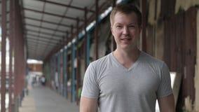 Jeune homme de touristes heureux souriant au pilier local à Bangkok clips vidéos