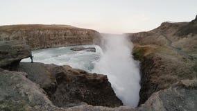 Jeune homme de touristes prenant des photos de belle cascade de Gullfoss en Islande Mâle de déplacement explorant le nouvel endro clips vidéos