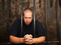 Jeune homme derrière les bars Photos libres de droits