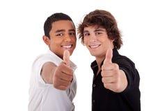 Jeune homme deux de différentes couleurs, avec le pouce vers le haut Photo stock