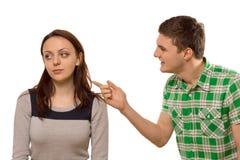 Jeune homme discutant avec son amie Images stock