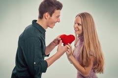Jeune homme donnant à son amie un cadeau Image stock