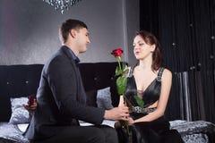 Jeune homme donnant Rose Flower à l'amie Photos libres de droits