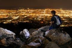 Jeune homme donnant sur Salt Lake City Image libre de droits
