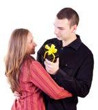 Jeune homme donnant un présent à la femme Image libre de droits