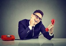 Jeune homme drôle dans l'amour parlant à un téléphone Image libre de droits