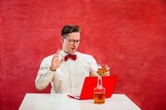 Jeune homme drôle avec l'ordinateur portable au jour du ` s de St Valentine Photos libres de droits