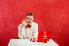 Jeune homme drôle avec l'ordinateur portable au jour du ` s de St Valentine Image stock