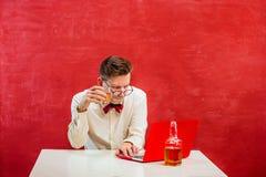 Jeune homme drôle avec l'ordinateur portable au jour du ` s de St Valentine Photos stock