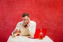 Jeune homme drôle avec l'ordinateur portable au jour du ` s de St Valentine Photographie stock