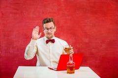 Jeune homme drôle avec l'ordinateur portable au jour du ` s de St Valentine Images stock