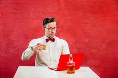 Jeune homme drôle avec l'ordinateur portable au jour du ` s de St Valentine Photo libre de droits