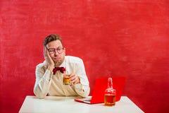 Jeune homme drôle avec l'ordinateur portable au jour du ` s de St Valentine Image libre de droits