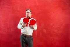 Jeune homme drôle avec le coeur brisé abstrait Images stock
