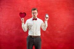 Jeune homme drôle avec le coeur et l'horloge abstraits Photos stock