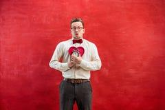 Jeune homme drôle avec le coeur et l'horloge abstraits Photo libre de droits