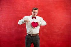 Jeune homme drôle avec le coeur et l'horloge abstraits Images stock