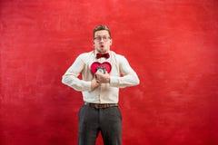 Jeune homme drôle avec le coeur et l'horloge abstraits Image libre de droits
