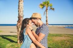 Jeune homme embrassant son amie la regardant doucement Photo libre de droits