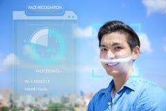 Jeune homme employant la reconnaissance des visages images stock